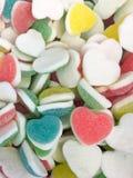 五颜六色的心脏形状果冻糖果糖果快餐小组 情人节背景的甜点 淡色红色蓝绿色黄色桃红色 免版税库存照片