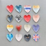 五颜六色的心脏形状镀在水泥墙壁背景的装饰 库存照片
