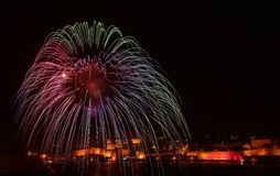 五颜六色的惊人的烟花在瓦莱塔,马耳他有城市背景,马耳他,城市silhouete背景,马耳他烟花节日, 4 库存图片