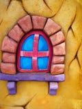 五颜六色的戏剧房子在一个后院庭院里站立 库存照片