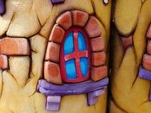 五颜六色的戏剧房子在一个后院庭院里站立 库存图片