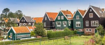 五颜六色的房子全景在历史的村庄Marken 免版税库存照片