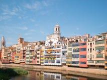 五颜六色的房子和圣玛丽大教堂Onyar河的在希罗纳,西班牙 免版税库存照片