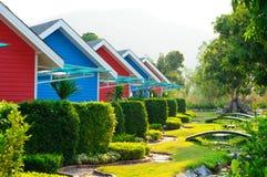 五颜六色的房子和庭院 库存照片