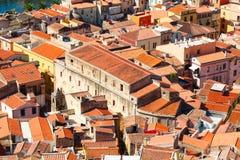 五颜六色的房子和红色屋顶 免版税库存图片