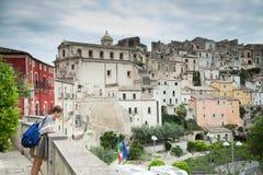五颜六色的房子和街道在老中世纪村庄拉古萨在西西里岛,意大利 免版税图库摄影