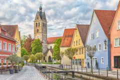 五颜六色的房子和钟楼在梅明根 库存图片