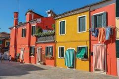 五颜六色的房子和门特写镜头与布料在一个晴天在Burano 库存图片