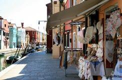五颜六色的房子和鞋带出售在Burano的,意大利 库存图片
