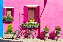 五颜六色的房子在威尼斯,意大利附近的Burano海岛 免版税库存照片