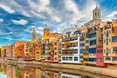 五颜六色的房子在希罗纳,卡塔龙尼亚,西班牙 图库摄影