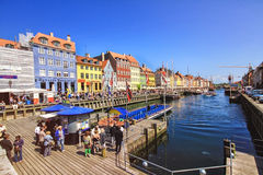 五颜六色的房子在有小船和船的哥本哈根老镇在他们前面的运河 图库摄影