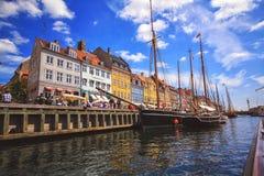 五颜六色的房子在有小船和船的哥本哈根老镇在他们前面的运河 免版税库存图片