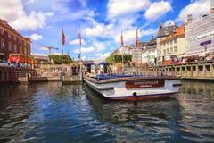 五颜六色的房子在有小船和船的哥本哈根老镇在他们前面的运河 库存图片