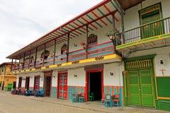 五颜六色的房子在殖民地城市Jardin, Antoquia,哥伦比亚 免版税库存照片