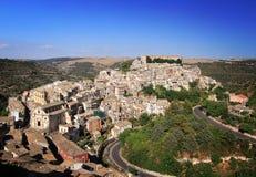 五颜六色的房子在老中世纪村庄拉古萨 免版税库存照片