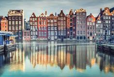 五颜六色的房子在阿姆斯特丹,日落的荷兰 免版税库存图片