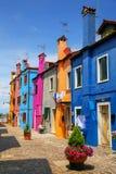 五颜六色的房子在Burano,威尼斯,意大利 免版税库存照片