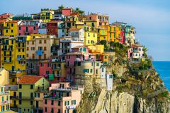 五颜六色的房子在Manarola,五乡地-意大利 库存照片