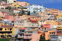 五颜六色的房子撒丁岛城镇 免版税库存照片