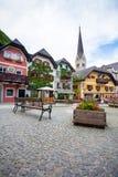 五颜六色的房子村庄正方形在Hallstatt 库存图片