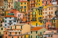 五颜六色的房子的样式在山坡builded 库存图片