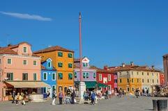 五颜六色的房子看法一个正方形的与人在Burano 库存照片
