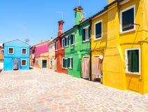 五颜六色的房子门面在Burano镇,在威尼斯附近 免版税图库摄影