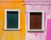 五颜六色的房子门面在Burano,威尼斯 图库摄影