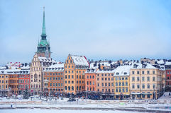 五颜六色的房子门面江边的在斯德哥尔摩` s老镇 库存照片