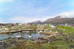 五颜六色的房子Qeqertarsuaq,格陵兰 免版税库存照片