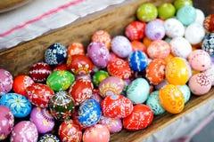 五颜六色的手工制造木复活节彩蛋在每年传统工艺公平地卖了在维尔纽斯 免版税库存照片