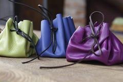 五颜六色的手工制造皮革钱包 免版税库存照片