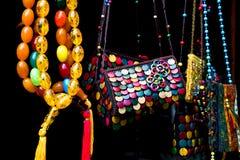 五颜六色的手工制造纪念品待售在Sheki:阿塞拜疆的伟大的丝绸之路市 特写镜头 库存图片
