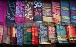 五颜六色的手工制造围巾在市场上 免版税图库摄影