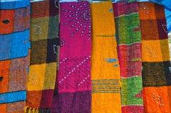 五颜六色的披肩在印度市场,德里义卖市场上 库存照片