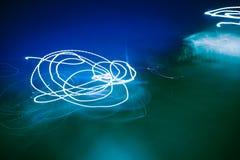 五颜六色的抽象光在晚上 免版税库存照片