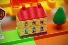 五颜六色的抽象背景的五颜六色的塑料玩具房子 库存照片