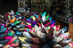 五颜六色的拖鞋在马拉喀什souq,摩洛哥的待售 免版税图库摄影