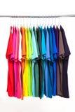 五颜六色的挂衣架衬衣t 图库摄影