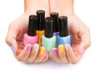 五颜六色的指甲油瓶 库存图片