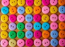 五颜六色的按钮行  免版税库存图片