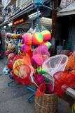 五颜六色的捕鱼网、海滩球和其他海滩玩具孩子的 免版税图库摄影