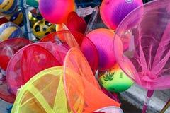 五颜六色的捕鱼网、海滩球和其他海滩玩具孩子的 免版税库存照片