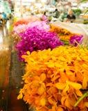 五颜六色的摊位在曼谷花市场上 免版税图库摄影