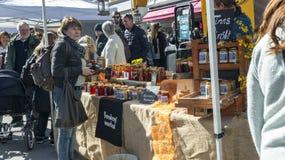 五颜六色的摊位用有机挪威食物,复活节在挪威 库存照片