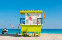 五颜六色的救生员塔,南海滩在迈阿密海滩,佛罗里达 库存图片