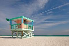 五颜六色的救生员房子在迈阿密Beach 免版税库存图片