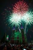 五颜六色的教会和圣母玛丽亚有烟花的在圣诞节n 免版税库存照片