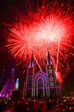 五颜六色的教会和圣母玛丽亚有烟花的在圣诞节n 免版税图库摄影